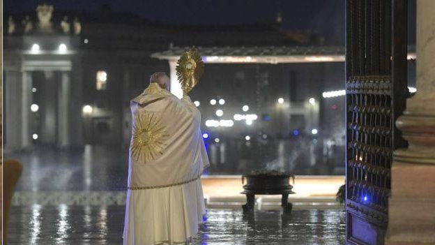 پاپ فرانسیس رهبر کاتولیکهای جهان در حال نیایش در میدان خالی سنپیتر