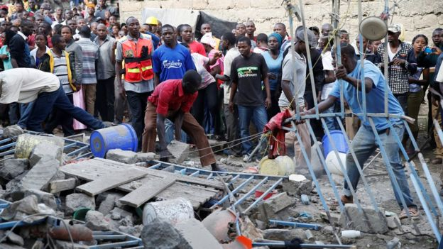 13 Haziran 2017'de Nairobi yerleşim bölgesinde çökmüş bir binanın bulunduğu yerde acil durum personeli