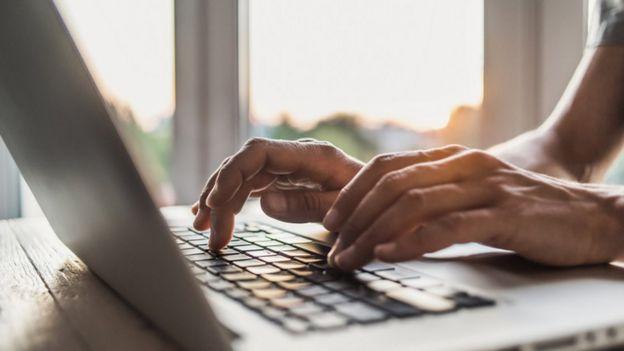 Pessoa no computador