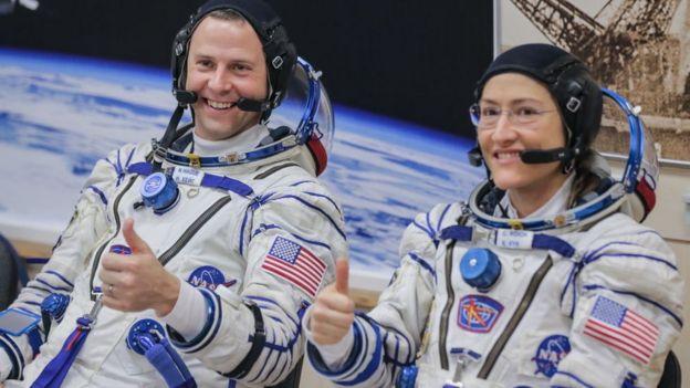 Los astronautas Nick Hague y Christina Koch.