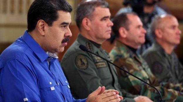 Maduro, etrafındaki üst düzey komutanlarla konuşma yaptı.