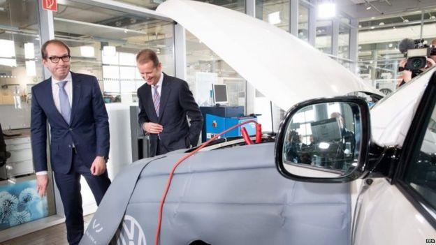 German transport minister Alexander Dobrindt (L) and Volkswagen brand chief Herbert Diess visit a VW repair shop in Berlin