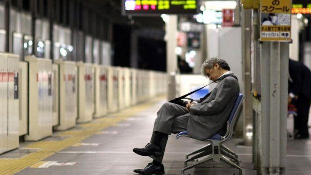 Executivo no metrô de Tóquio