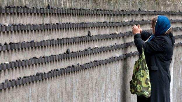 Una mujer enciende velas en honor a las víctimas en el Monumento a los 11.134 ciudadanos de Frankfurt que murieron durante el Holocausto.