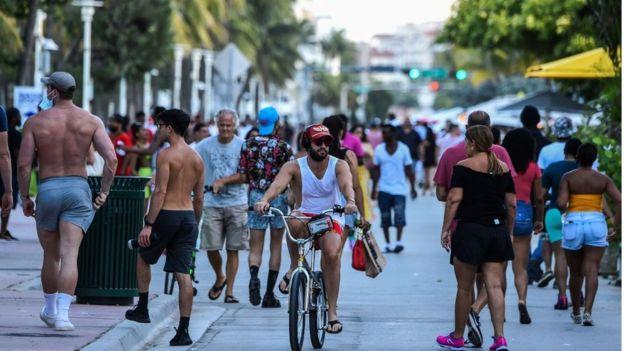 Una calle concurrida en Miami, Florida