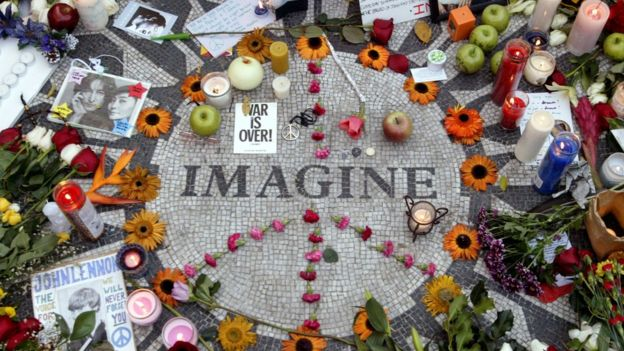 Homenaje a John Lennon en Strawberry Fields de Central Park en 2005.