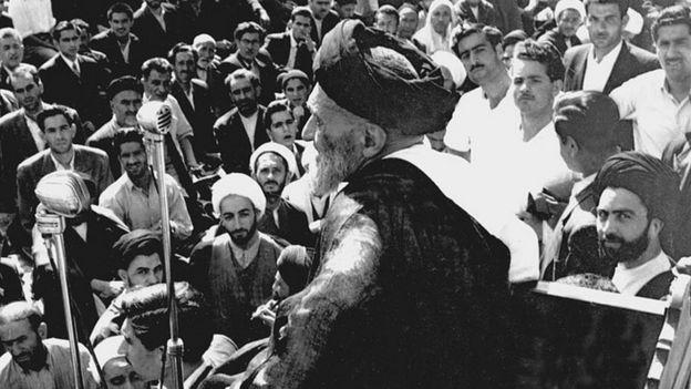 سخنرانی کاشانی در جوادیه تهران - محلهای که بنا بر اسناد از مقامات سفارت آمریکا خواسته بود در آن چاه حفر کنند چرا که مردم محله به آب آشامیدنی سالم نیاز داشتند