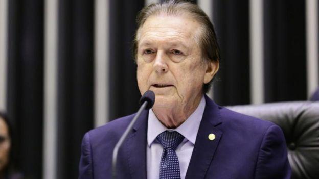 Luciano Bivar fala no microfone no plenário da Câmara