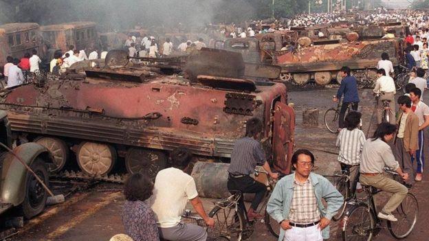 6月4日天大亮后北京市民看到的景象。人们预言的罢工罢市、全民揭竿而起、万众汇集广场保卫学生的场面,并没有出现。