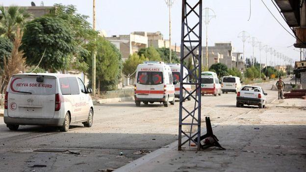 کاروانی از خودروهای امدادی مجروحان را از راس العین خارج کرده است