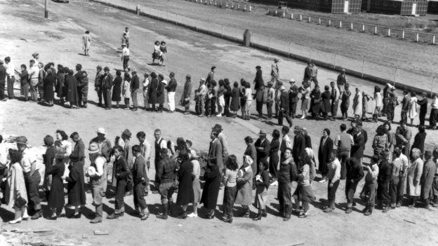 Ciudadanos de origen japonés durante el proceso de internamiento.