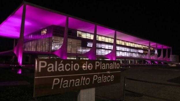 Planalto com iluminação cor de rosa