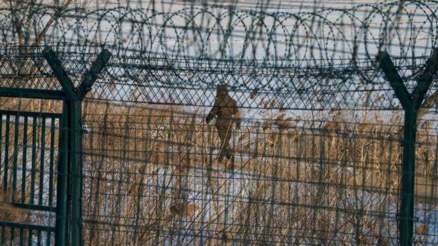 Una enorme reja de alambres p�as separa la frontera entre Corea del Norte y China.