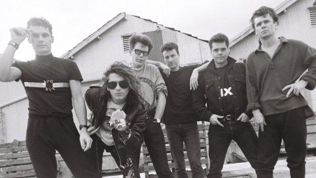 INXS en 1987 (LR): Jon Farriss, Michael Hutchence, Kirk Pengilly, Garry Gary Beers, Andrew Farriss, Tim Farriss