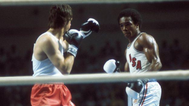 لئونارد ( سمت راست) بعد از المپیک ۱۹۷۶ مونترال تصمیم گرفته بود، بوکس را کنار بگذارد