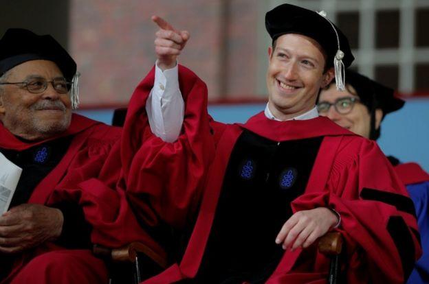 Mark Zuckerberg, sentado junto al actor James Earl Jones.