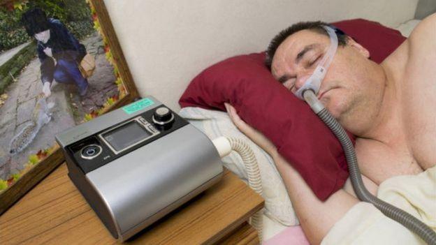 Homem usa máquina de respiração
