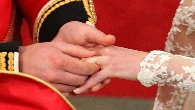 Принц Уильям надевает обручальное кольцо на руку Кейт Миддлтон