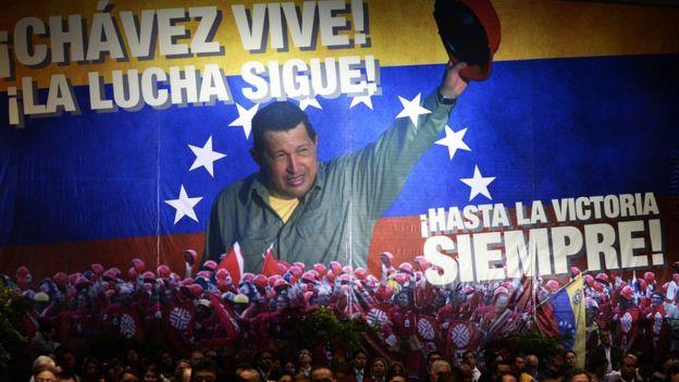Pancarta de Hugo Chávez en la sede de PDVSA.