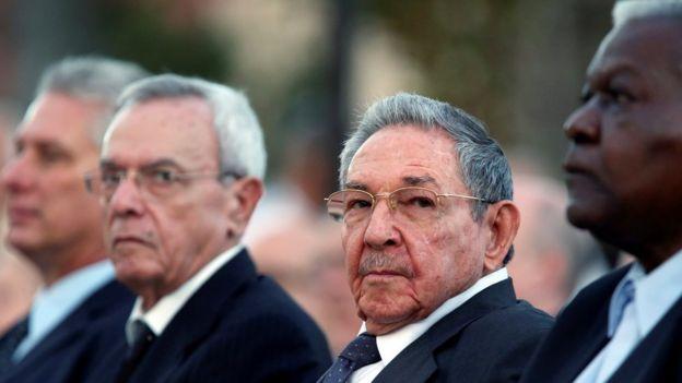 Esteban Lazo (à dir.), Raúl Castro (centro) e outros dirigentes cubanos