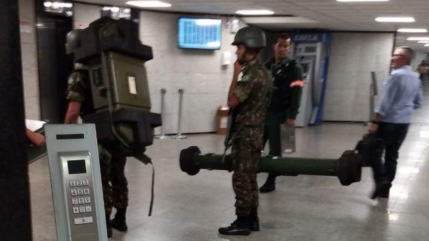 Militares carregam mísseis antiaéreos portáteis na sede da Caixa Econômica em Brasília