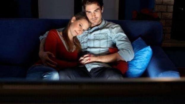 Casal assiste a filme