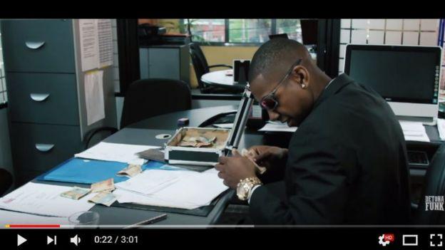 Funkeiro MC Pesadelo no clipe da música 'Lava Jato'
