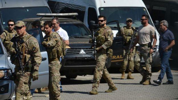 Joesley Batista sendo escoltado ao deixar São Paulo para ser levado a Brasília