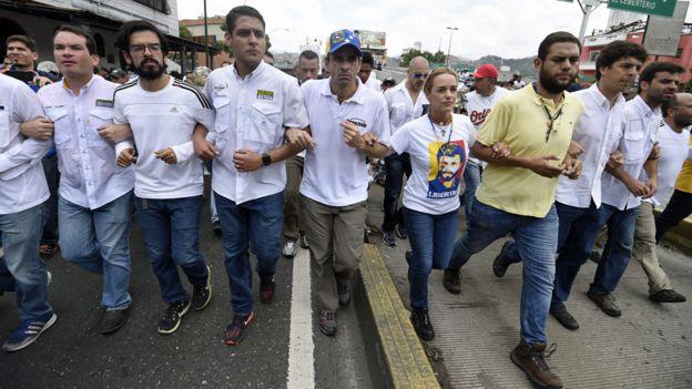 Capriles ao centro (de boné), em protesto
