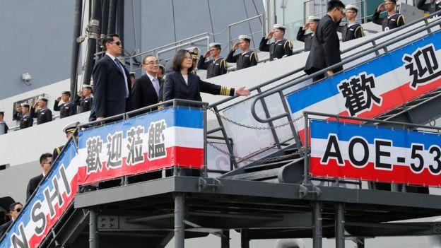 台灣總統蔡英文前往南部高雄左營海軍軍港