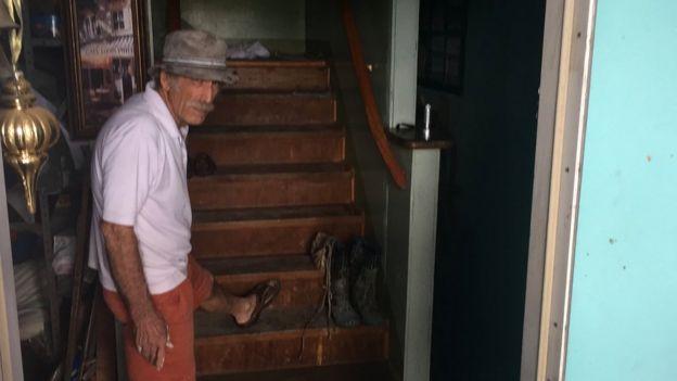 Schneider muestra hasta donde llegó el agua en su casa.
