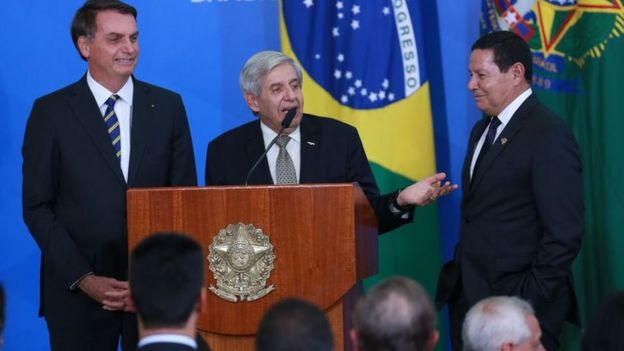 O presidente da República Jair Bolsonaro, o ministro do GSI, Augusto Heleno e o vice-presidente, general Hamilton Mourão