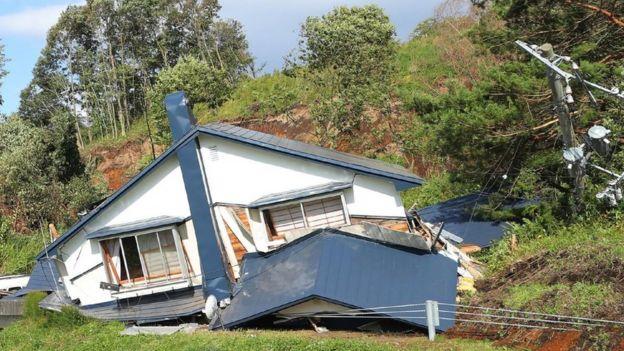 Casa destrozada por el terremoto.