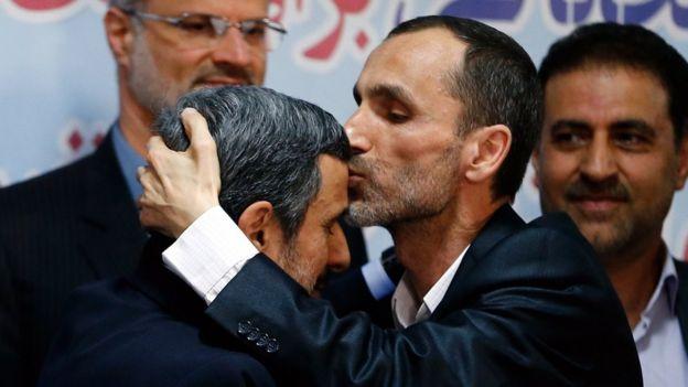 Hamid Baghaie le da un beso a Mahdmoud Ahmadinejad tras registrarse a la presidencia