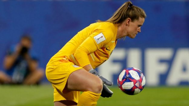La portera de la selección de EE.UU. de fútbol Alyssa Naeher con el balón