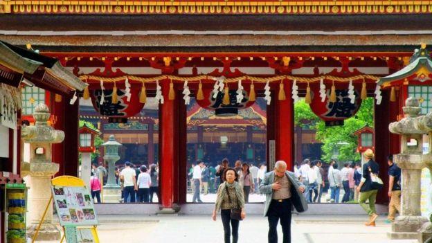 Pessoas saindo de templo no Japão