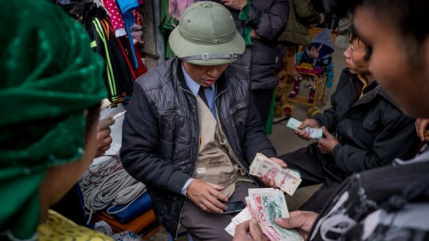 Trading VND and CNY at a border market