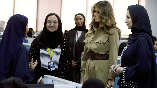 Melania Trump con el cabello descubierto junto a mujeres que tienen su pelo cubierto y visten las túnicas tradicionales en Arabia Saudita