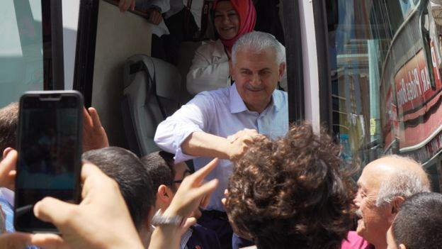 Binali Yıldırım Sancaktepe'de seçim kampanyasını sürdürürken