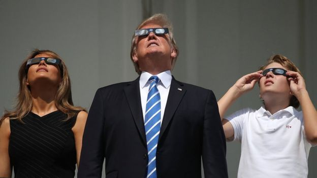 Donald Trump mira el eclipse