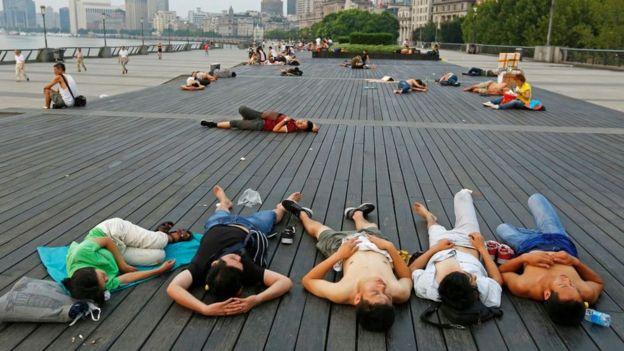 Nhiều người dân Thượng Hải nằm la liệt bên bờ sông để giải nhiệt khi thành phố này có đợt nắng nóng kỉnh lục vào năm ngoái.
