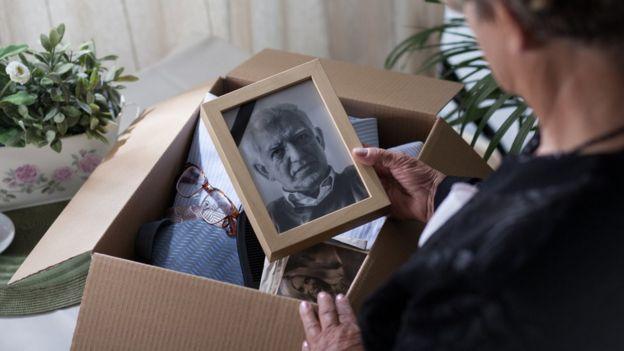 Pessoa abre caixa de recordações