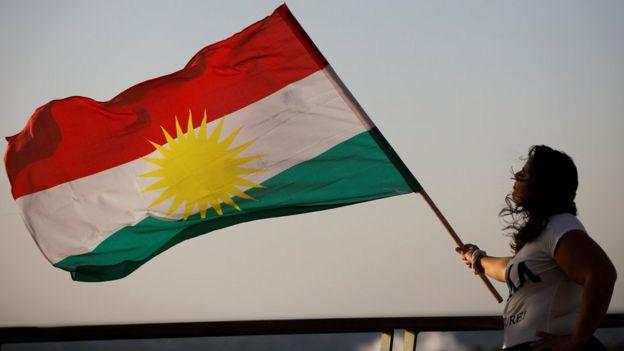 Mulher curda israelense segura a bandeira do curdistão