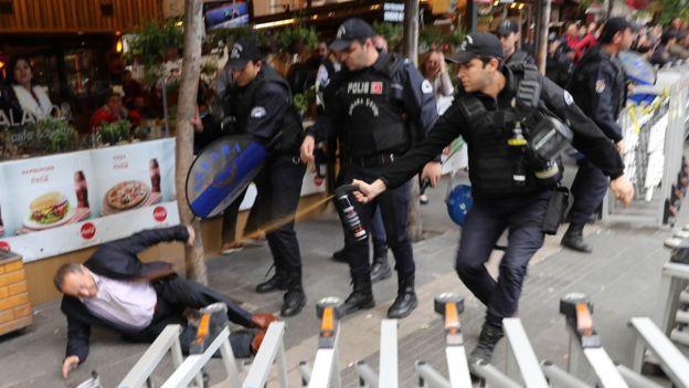Yerdeki adama biber gazı sıkan polis