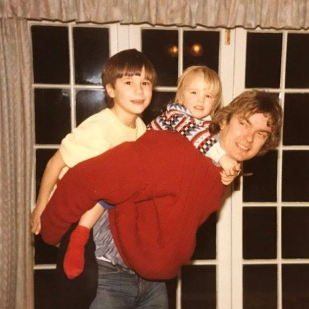 Richard con James (izquierda) y David (centro) sobre su espalda.
