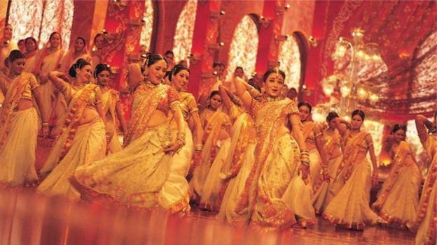 দেবদাস সিনেমার 'দোলা রে দোলা' গানের কোরিওগ্রাফি করার জন্য জাতীয় চলচ্চিত্র পুরষ্কার পান সরোজ খান