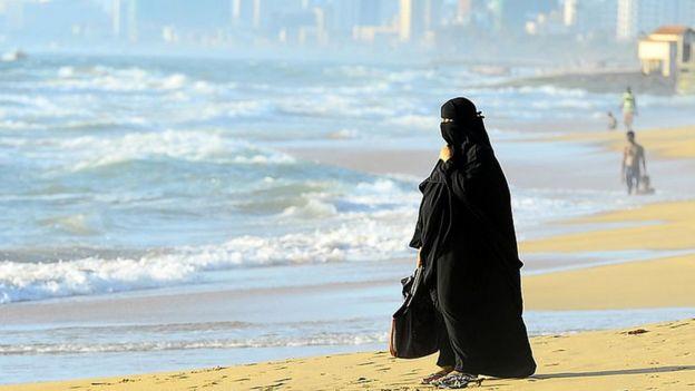 نساء سعوديات يطالبن بإسقاط العباية في السعودية