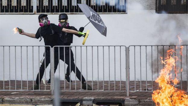 示威者投掷汽油弹。