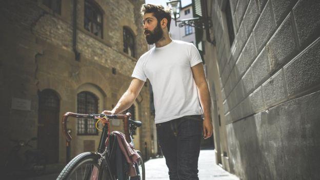 Hombre joven con bicicleta.