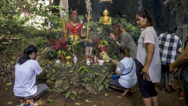 Familiares de los niños colocaron altares cerca de la entrada de la cueva en Tailandia.